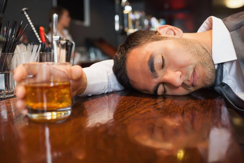 Biểu hiện nhức đầu và chóng mặt khi uống nhiều rượu bia gây máu nhiễm mỡ