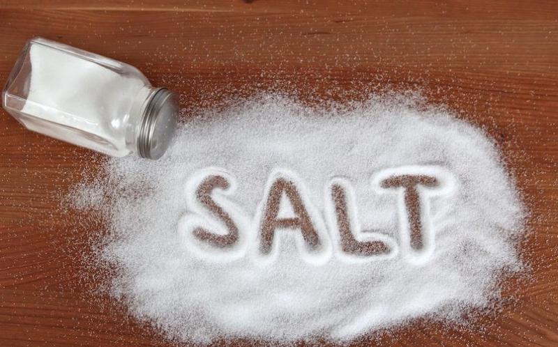 Giảm lượng muối tiêu thụ hàng ngày để cải thiện tình trạng mỡ máu gây tăng huyết áp